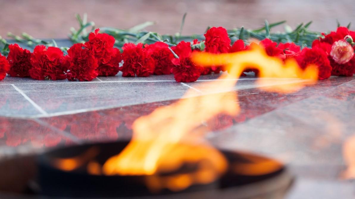 Возложение цветов к памятному знаку Воинам Отдельной Приморской армии и 4-го Украинского фронта