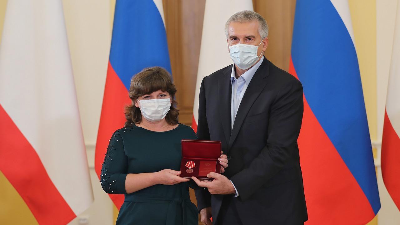 Сергей Аксёнов отметил заслуженными наградами медицинских работников, находящихся на передовой борьбы с коронавирусной инфекцией