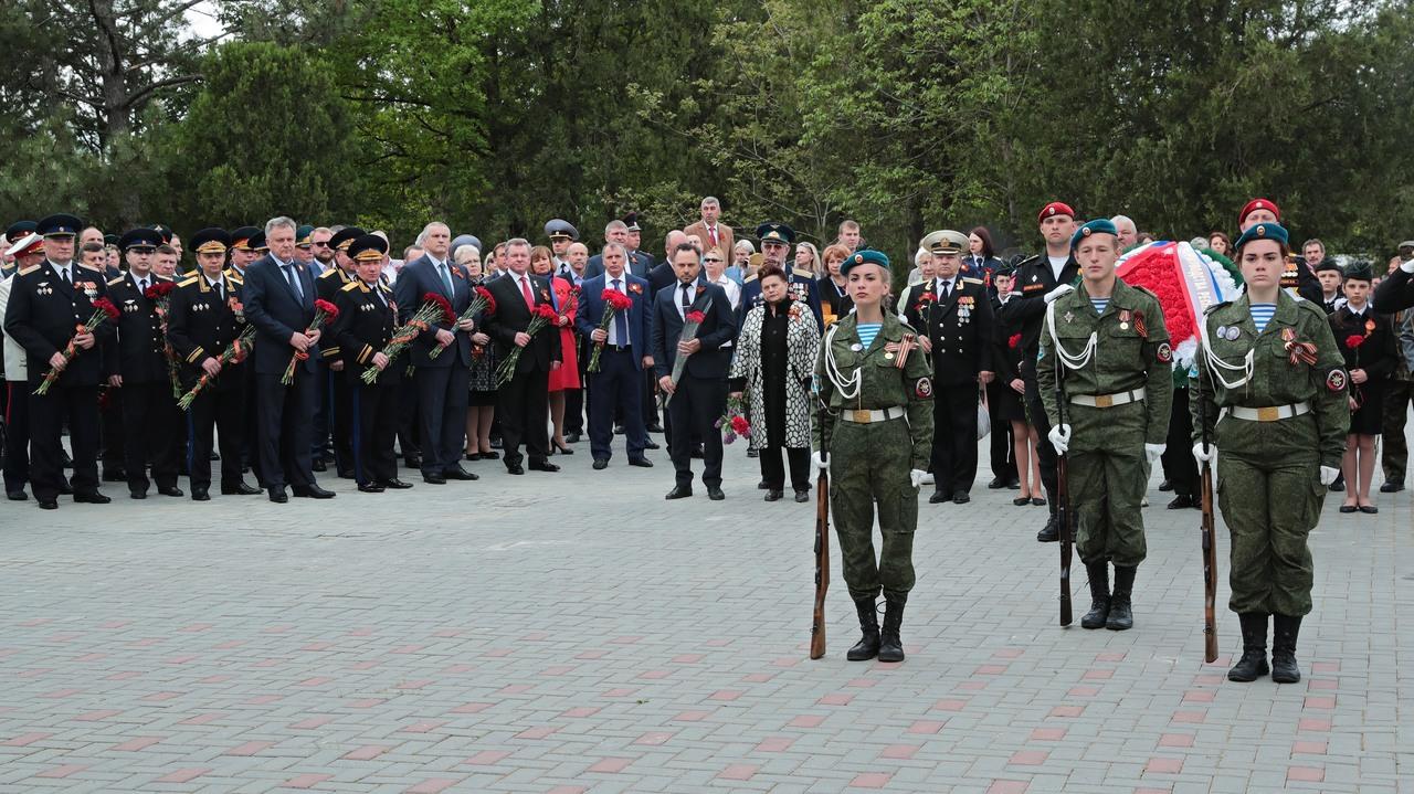 Сергей Аксёнов возложил цветы на Военном мемориальном кладбище в Симферополе