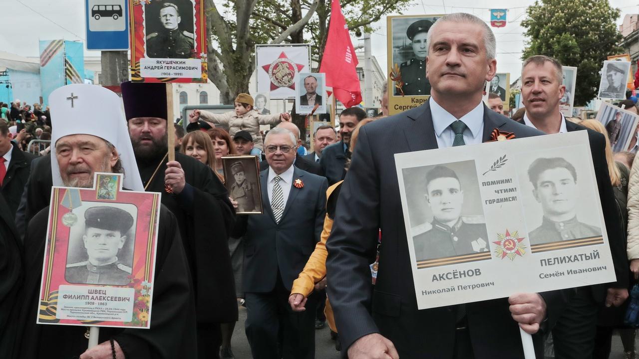 Сергей Аксёнов прошёл с крымчанами в рядах «Бессмертного полка» с портретами своих героических предков