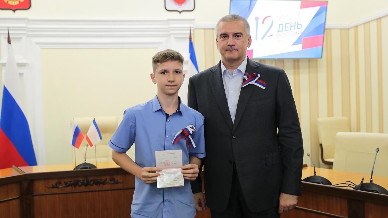 Сергей Аксёнов вручил крымчанам награды, приуроченные ко Дню России