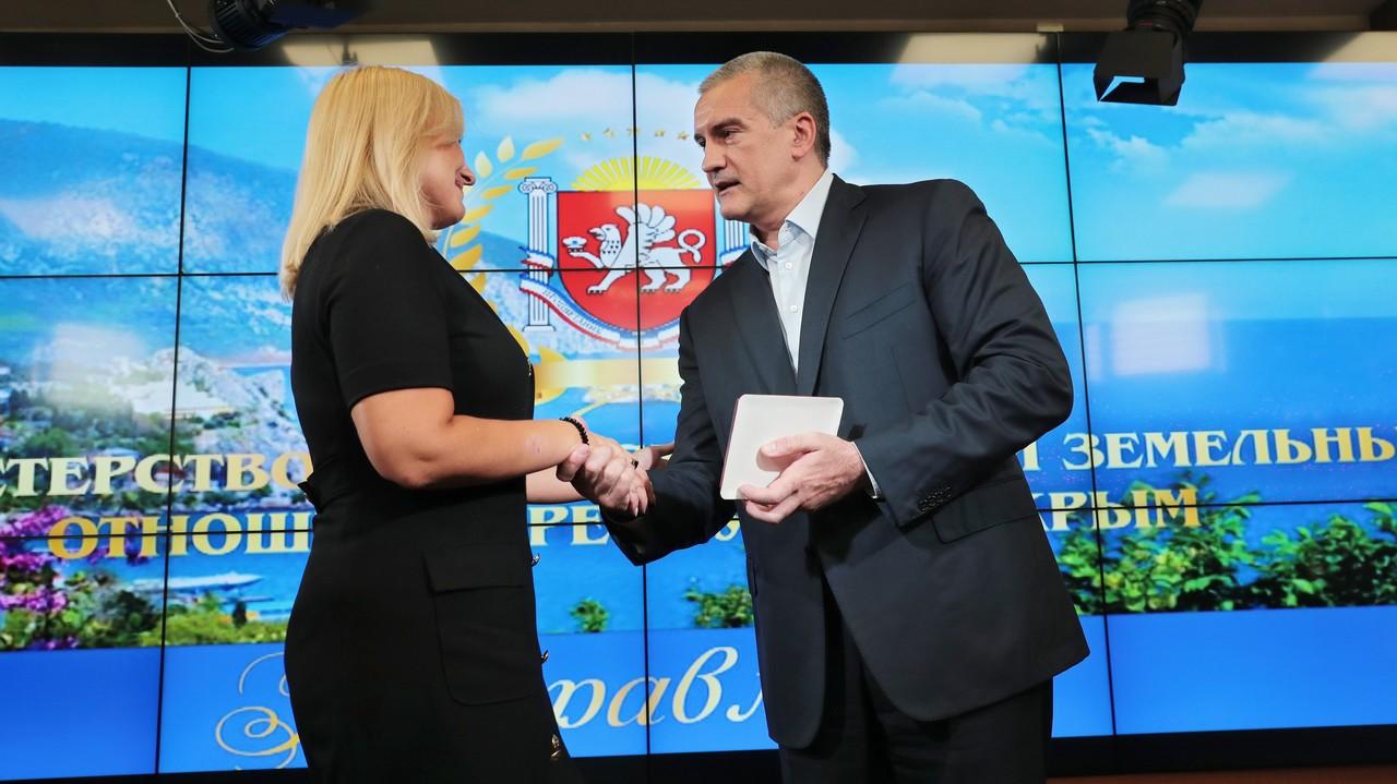 Сергей Аксёнов отметил наградами сотрудников Министерства имущественных и земельных отношений Республики Крым